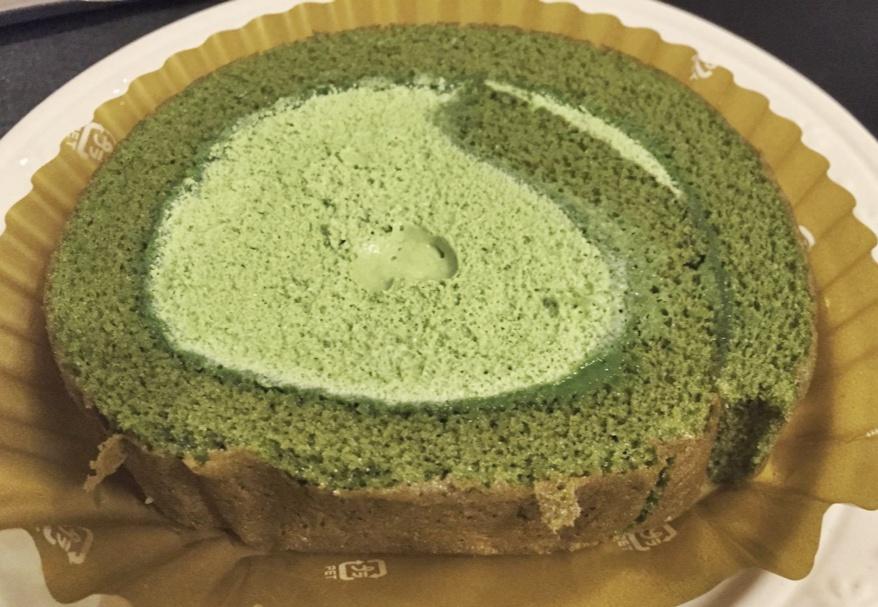 セブンイレブン「宇治抹茶のロールケーキ」を実食。クリームが柔いね。