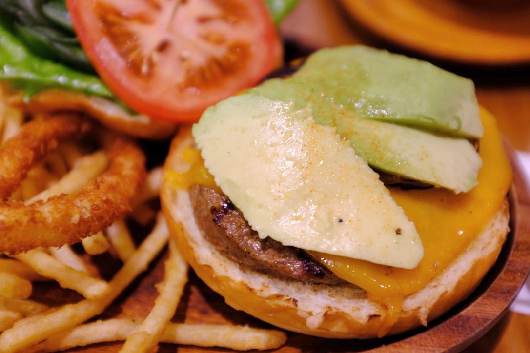 『KUA`AINA(クア・アイナ)』のデカいハンバーガー(アボカド入り)が好きです。